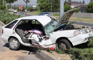 Otomobil, aydınlatma direğine çarptı: 2'si...