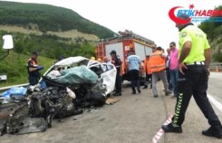 Sinop'ta kamyon ile otomobil çarpıştı: 2...