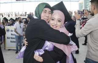 Sırtında taşıdığı kızını üniversite mezunu...