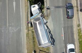 TIR iki köprü arasına sıkıştı, sürücü yaralandı