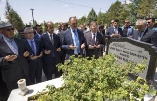 Bakan Gül, şehit Halisdemir'in kabrini ziyaret...