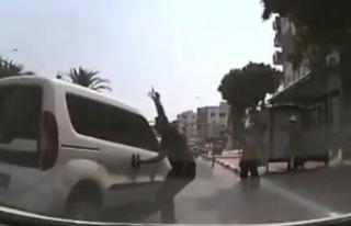 El freni boşalan park halindeki araç trafiğe daldı
