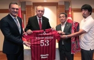 Erdoğan Urawa Red Diamonds Futbol Kulübü yöneticileriyle...