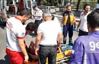 Fatih'te tramvay ile motosikletli kurye çarpıştı:...