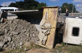 Freni patlayan hafriyat kamyonu şarampole yuvarlandı