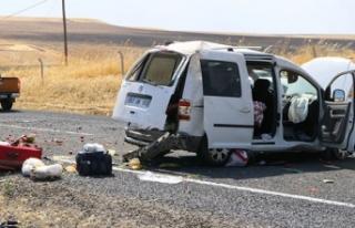 Hafif ticari araç takla atarak karşı şeride geçti:...