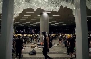 Hong Kong'daki protestocular Meclis binasını...