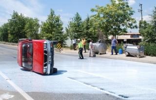 Manisa'da kamyonet devrildi, 2 ton süt yola...