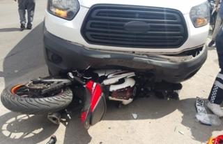 Motosiklet minibüsün altında kaldı, sürücüsü...