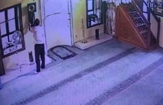 Önce namaz kıldı, sonra camideki tarihi saati çaldı...