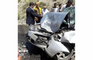 Otomobil iş makinasıyla çarpıştı:1 ölü, 3...
