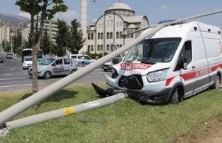 Ambulans ile otomobil çarpıştı: 4 yaralı