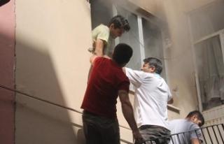 Apartmana tırmanıp yangında mahsur kalan öğrenciyi...