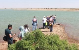 Balık tutmak için girdiği gölette boğuldu