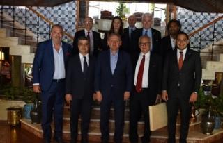 Başakşehir ve Olympiakoslu yöneticiler dostluk...