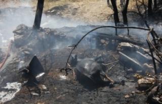 Depo ve ahır yangınında ev küle döndü, 1 inek...