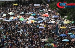Hong Kong'daki protestolara kamu çalışanları...