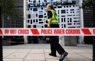 İngiltere İçişleri Bakanlığı önünde bıçaklı...