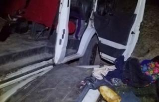 Kaçak mülteci taşıyan minibüs kaza yaptı; 17...