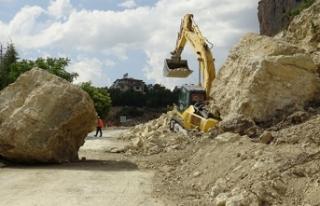 Karaman'da kepçenin üzerine 30 tonluk kaya...