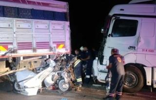 Konya'da kamyonun halatla çektiği otomobile...