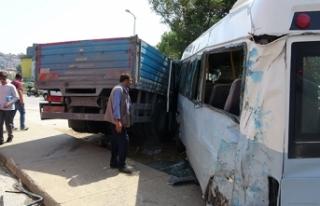 Pendik'te kamyon ile minibüs çarpıştı: 3...