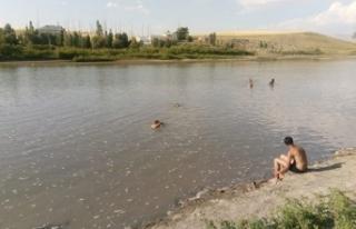 Serinlemek için nehre giren çocuklardan 3'ü...
