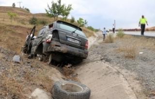 Takla atan araç şarampole devrildi: 4 yaralı