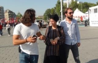 Taksim Meydanında turistlerden para çalan Suriyeli...