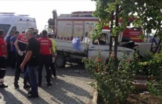 Adana'da kamyonet duvara çarptı: 3 ölü, 1...