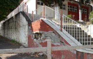 Aylardır tamir edilmeyen okul istinat duvarı tehlike...