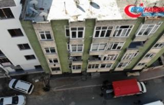 Depremde çatlaklar oluşan binadan vatandaşlar taşınıyor