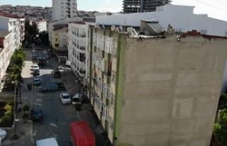 Esenyurt'ta depremde çatlaklar oluşan binadan...