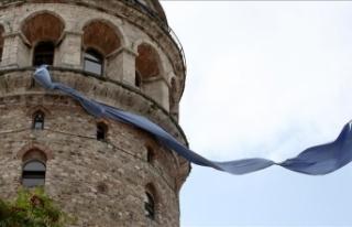 Galata Kulesi'ne mavi kravat