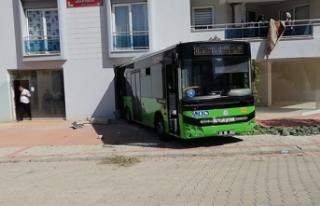 Otobüs kendi kendine hareket edip, boş dükkana...