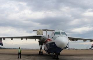 Rus yangın söndürme uçağı Be-200ES Antalya'da...