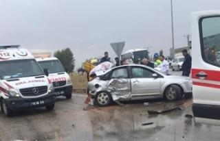 Sungurlu'da otomobil ile minibüs çarpıştı:...