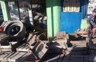 Dükkana müşteri beklerken 250 kiloluk beton blok...