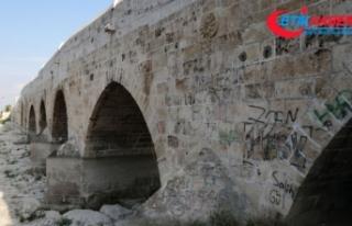 Dünyanın en eski köprüsüne sprey boya ile yazı...