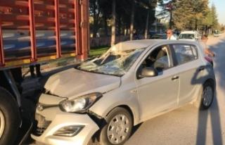 Kamyona çarpan otomobilin sürücüsü kazayı ucuz...
