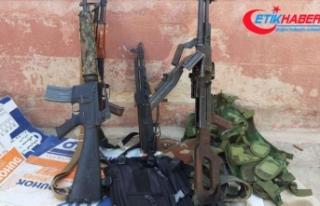 Tel Abyad'da YPG/PKK'lılar silahlarını...