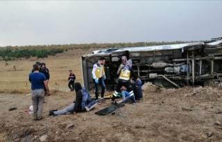 Üniversite öğrencilerini taşıyan otobüs devrildi:...