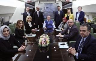 Cumhurbaşkanı Erdoğan Katar dönüşü gazetecilerin...