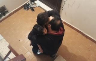Gözyaşları içinde çocuklarını kurtardı