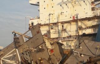 Parçalanmak üzere olan gemiye dev akaryakıt operasyonu