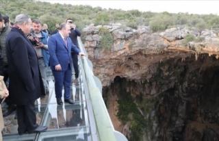 Bakan Varank Gilindire Mağarası'nda incelemede...