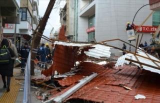 Çanakkale'de fırtına apartmanın çatısını...