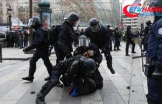 Fransa'da bir polise daha sarı yelekliye şiddetten...