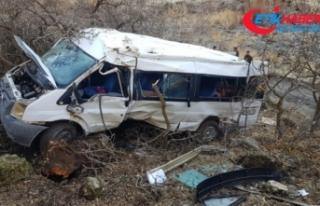Öğrenci servisi şarampole yuvarlandı: 2 ölü,...