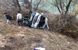 Yozgat'ta sporcuları taşıyan minibüs devrildi:...
